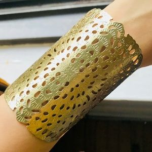 Jewelry - ✨ Gorgeous Detailed Thick Gold Bracelet ✨
